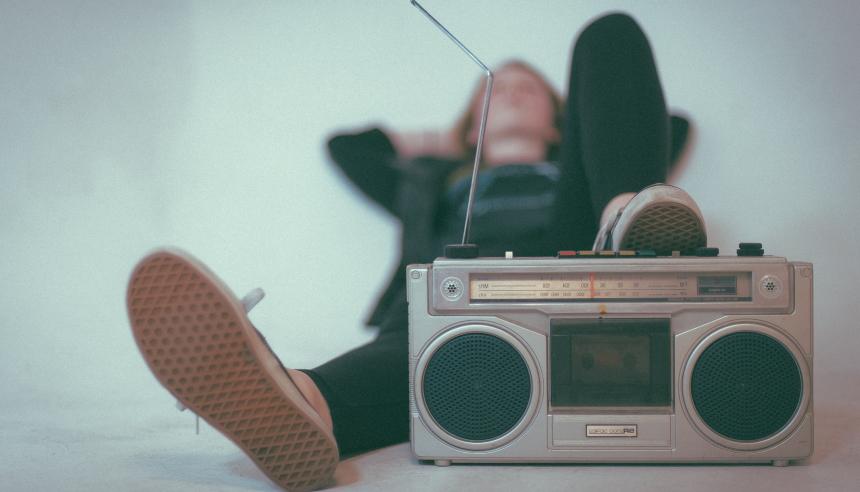 people still listen to the radio